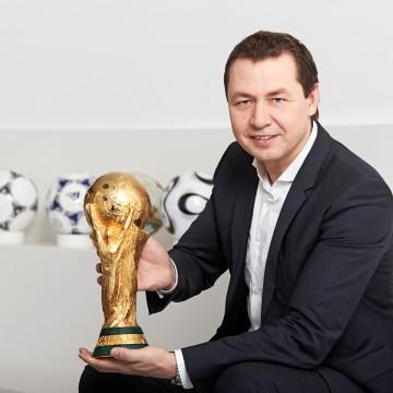 Ralf Köttker mit dem FIFA-Weltmeisterschaftspokal 2014.