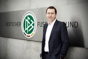 Ralf Köttker vor einem Gebäude des Deutschen Fussballbundes.